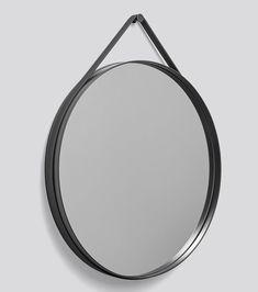 Supertøft rundt speil fra HAY! Enkelt og rent i designet, og enkelt å montere på veggen. Selve rammen på speilet er av pudderlakkert stål (antrasitt), og reimen som går rundt er antrasittfarget og av silikon. Mål Diameter 70 cm