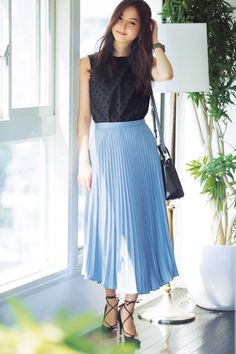 Here are some different denim skirt outfit inspirations for you. Midi Skirt Outfit Casual, Blue Skirt Outfits, Pleated Skirt Outfit, Modest Outfits, Dress Skirt, Denim Skirt, High Street Fashion, Street Style Women, Skirt Fashion