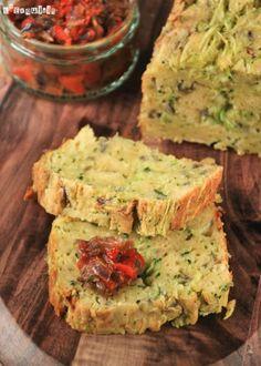 Cake de calabacín con salsa de pimientos y tomates - L´Exquisit