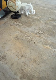 Dalle sol PVC Mix and Match Clipsable - Click - Béton beige Parquet Pvc, Dalle Sol Pvc, Vinyl Style, Coffee Shop, Tile Floor, Flooring, Boutique, Style Brut, Inspiration