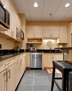 Maple cabinets – a good choice for elegant and modern kitchen cabinets Kitchen Cabinets And Backsplash, Maple Kitchen Cabinets, Kitchen Flooring, Kitchen Wood, Distressed Kitchen, Backsplash Tile, Kitchen Decor, Kitchen Layout, Light Wood Cabinets