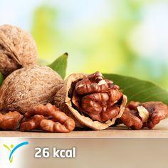 Ceviz, besin değeri oldukça yüksek bir meyvedir. İyi bir omega-3 kaynağı olan ceviz kalp hastalıklarına karşı koruyucudur. Bilimsel araştırmalarla saptanan kan kolesterolünü düşürücü etkisi ise damar sağlığının korunması açısından oldukça önemlidir. Aynı zamanda beynin besini olarak da adlandırılan ceviz manganez ve bakırdan, aynı zamanda B vitaminlerinden ve liften zengindir.   Sen de bugün ara öğün olarak bir avuç ceviz tüketebilirsin   1 adet ceviz (4gram) 26 kaloridir.
