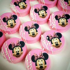 Minnie mouse chocolate covered oreos Chocolate Dipped Cookies, Chocolate Pops, Chocolate Treats, Cute Cookies, Oreo Cookies, Oreo Pop Tarts, Chocolate Covered Pineapple, Bakery Decor, Family Cake