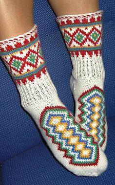 Kirjoneulesukat (arkistomalli) Knitting Videos, Knitting Charts, Knitting Socks, Hand Knitting, Knitting Patterns, Crochet Patterns, Fashion Socks, Knit Fashion, Stockings Legs