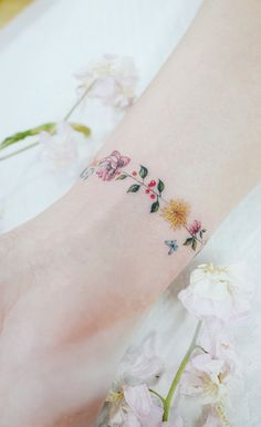 Discreet And Charming Wrist Tattoos You'll Want To Have. Classy, colorful and feminine wrist bracelet tattoos Classy Tattoos, Subtle Tattoos, Pretty Tattoos, Beautiful Tattoos, Elegant Tattoos, Bild Tattoos, Body Art Tattoos, New Tattoos, Small Tattoos