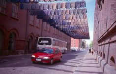 Using hundreds of second-hand shirts Finnish environmental artist Kaarina Kaiakkonen creates site-specific installations suspended above roadways or inside large warehouse spaces. Street Installation, Interactive Installation, Laundry Art, Laundry Room, Street Art, Instalation Art, Colossal Art, Blitz, Oeuvre D'art