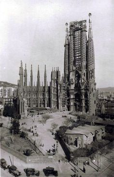 Early construction on Gaudi's Sagrada Familia, Barcelona Now that's a neat photo! Very early on in the construction sequence. Barcelona Sights, Barcelona Now, Barcelona Travel, Gaudi Barcelona, Barcelona Catalonia, Barcelona Architecture, Gothic Architecture, Amazing Architecture, Black N White Images