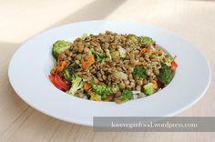 Oft ist mir ein simpler, gemischter Salat in den letzten Wochen einfach nicht mehr genug. Wenn mittags der kleine Hunger schreit, muss deshalb etwas mehr Biss in das Grünzeug! Linsen sind da finde ...