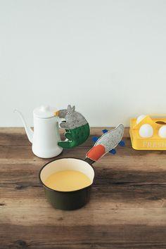 ポットや鍋に、しっかりはりついた姿がなんともかわいい。キッチンでの作業が楽しくなりそう。/動物モチーフの布小物(「はんど&はあと」2013年9月号)