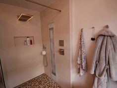 Het was de wens van de klant om in combinatie met de bestaande sauna een relax ruimte te creëren. In deze ruimte mocht de Full Body inbouw Sunshower dan ook niet ontbreken.