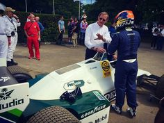 Visit enlapista.com #enlapista  #Repost @williamsmartiniracing  Karun Chandhok and Dickie Stanford with the FW08C in the assembly area @goodwoodfestivalofspeed #FOS #WeAreRacing