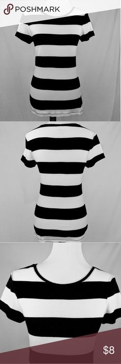 """Black & White Old Navy Perfect Fitted Tee M Old Navy longer length perfect fitted tee.  Size M with short sleeves & round neck. measures neckline to bottom 22 3/4"""", back 25"""", front bust 14 1/2"""".  Very good condition!  Very  cute top. Old Navy Tops Tees - Short Sleeve"""