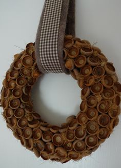 Eichelkappen-Kranz - Karin Urban - NaturalSTyle - Lilly is Love Acorn Wreath, Burlap Wreath, Autumn Crafts, Nature Crafts, Pine Cone Decorations, Christmas Decorations, Prim Christmas, Christmas Crafts, Acorn Kids