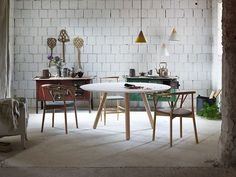 Design: Miniforms Lab. Round or oval dining table with legs in lacquered wood and features a Nordic design.
