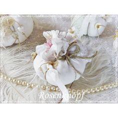 Kleiner weißer Kürbis im Shabby Stil, verziert mit all dem hübschen Tand das meinem Atelier inne wohnt♥