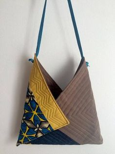 ORIGAMI bag, This handbag is a very convenient format to wear. Chic or casual, according to the harm Origami Bag, Fabric Origami, Denim Tote Bags, Diy Tote Bag, Triangle Bag, Diy Sac, Boho Bags, Patchwork Bags, Fabric Bags