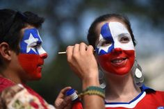 A Chile fan has face paint applied prior to the 2014 FIFA World Cup Brazil Group B match between Spain and Chile at Maracana World Cup Russia 2018, World Cup 2014, Fifa World Cup, Barcelona Soccer, Fc Barcelona, Chi Chi, Painted Fan, Alex Morgan Soccer, Cristiano Ronaldo Lionel Messi