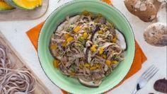 Spaghetti alla chitarra alla farina di castagne con funghi, zucca e salsiccia