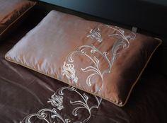 Покрывала, подзоры, декоративные подушки с вышитыми узорами