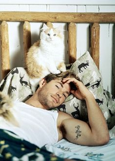 Chris Hemsworth Is So Swoon-Worthy in New 'Vanity Fair' Shoot!: Photo Chris Hemsworth is featured on this month's issue of Vanity Fair magazine and the photos from his gorgeous feature were just released! Chris Hemsworth Thor, Crazy Cat Lady, Crazy Cats, Celebrities With Cats, Celebs, Men With Cats, Gatos Cool, Hemsworth Brothers, Bruce Weber