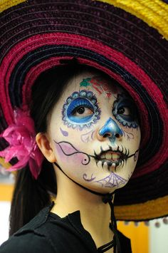 Last minute ideas: Here are some unusual Halloween face paintings for you. Love that sugar face! Mexican Sugar Skull Face : it's true Cool Halloween Costumes, Halloween Make Up, Haloween Ideas, Halloween Clothes, Halloween 2014, Halloween Party, Samhain, Candy Skulls, Sugar Skulls