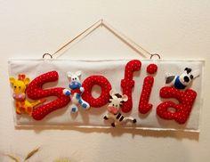 """Ecco un'idea carina per decorare la cameretta del vostro bebè: """"Targhetta con nome e animaletti""""."""