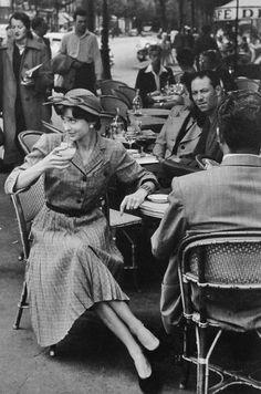 Paris, Photo by Hulton Getty Picture Collection. Vintage Pictures, Old Pictures, Old Photos, Paris Vintage, Old Paris, Vintage Cafe, Old Photography, Street Photography, Fotografia Retro