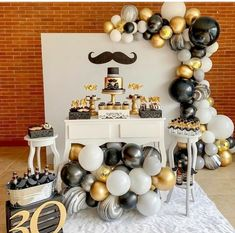 See how to organize your party 18 years with amazing themes to impress guests! 70 are inspirations to do on your day! Adult Birthday Party, 40th Birthday Parties, 1st Boy Birthday, Birthday Balloons, Surprise 30th Birthday, Yellow Birthday, 40th Birthday Cakes, Gold Birthday, Birthday Party Decorations For Adults