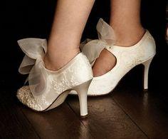 Scarpe da #sposa con fiocco e dettagli in pizzo