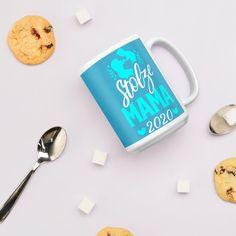 Du bist eine stolze Mama? Dann ist diese Tasse wie für dich gemacht. Für Frauen und Muttis die im Jahr 2020 ihr Baby bekommen haben und stolz darauf sind. Hole dir diese Kaffeetasse als Symbol und Erinnerung an diesen schönen Moment und Augenblick, als dein Kind zur Welt gekommen ist. Auch eine hübsche Geschenkidee für alle Mamas im Freundeskreis, egal ob zum Geburtstag, Frauentag, Muttertag, Weihnachten. Zeig deinen Mitmenschen mit diesen hübschen Teetasse, dass du seit 2020 stolze Mutter bist. Moment, Passion, Tableware, Proud Mom, Circle Of Friends, Gift Ideas For Women, Women Day, Baby Blue, Teacup