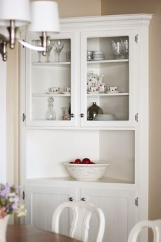 Build your own dining room hutch to fill in an awkward corner! - Build your own dining room hutch to fill in an awkward corner! Corner Cabinet Dining Room, Corner China Cabinets, Corner Hutch, Corner Cupboard, Kitchen Corner, Kitchen Dining, Bedroom Furniture Redo, Furniture Design, Country Look