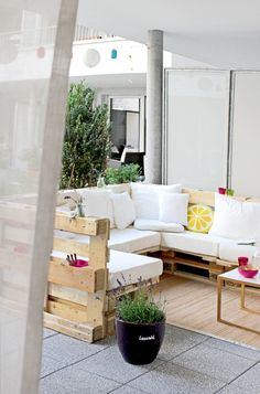 Unique pallet ideas for diy outdoor projects Pallet Furniture, Furniture Making, Garden Furniture, Outdoor Furniture Sets, Pallet Sectional, Pallet Lounge, Pallet Patio, Pallet Walls, Outdoor Pallet