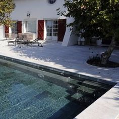 Vue de la terrasse ou vue de la plage, la piscine est véritablement l'élément de…