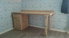 Bureau met rolbare kist eronder van gebruikt steigerhout. Interesse: alfred@maayen.nl (alle modellen en afmetingen mogelijk)
