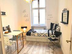 Wunderhubsches Zimmer Mit Viel Licht Kleiderstange Und Blumen In