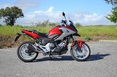 """A Honda """"refrescou"""" a moto favorita dos portugueses. O motociclo mais vendido em Portugal está agora mais jovem, mais robusto e mais eficaz. A nova NC 750X está prontinha para apaixonar uma nova geração de motociclistas, e não só!"""