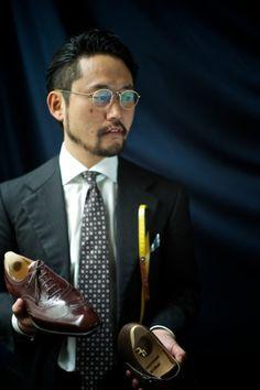鈴木幸次  Koji Suzuki / 1976年神戸生まれ。イタリアのデザインスクールに留学し、その時に出会ったフィレンツェのロベルト・ウゴリーニ氏に3年師事。2001年スピーゴラを創設。