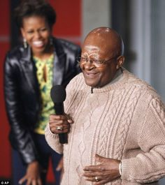 Michelle Obama shows Desmond Tutu how she got THOSE arms Desmond Tutu, Barack And Michelle, Presidents, Give It To Me, Arms, Celebs, In This Moment, Lady, People