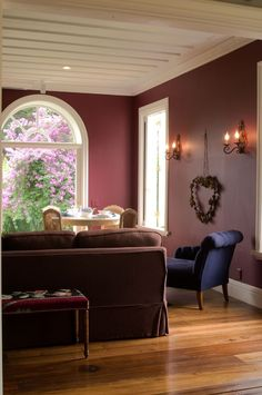 A sala ganhou um sofá feito sob medida para complementar os móveis da Secrets de…