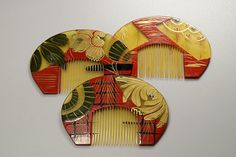 Japanese Art Deco combs, Group of three horse shoe shaped combs with vivid colours and tranparency effects. Interesting Art Deco painting. Early Showa period (1926-1989)