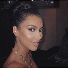 2009 Kim Kardashian Images, Kourtney Kardashian, Kardashian Family, Kardashian Style, Kim And Kourtney, Kendall And Kylie, Brown Nude Lipstick, Sister Poses, 90s Fashion Grunge