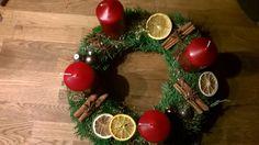 Adventskranz selbst machen Einen Kreis aus Zeitungen und Klebeband machen Tanne, Tuja etc mit Draht umbinden Mit Heißkleber verschiedene weihnachtliche Dekoartikel befestigen