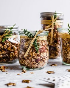"""Anita   Breakfast & Bowls op Instagram: """"A CHRISTMAS GRANOLA gift from me to you! 🥰 𝗗𝗼 𝘆𝗼𝘂 𝗹𝗶𝗸𝗲 𝗵𝗼𝗺𝗲𝗺𝗮𝗱𝗲 𝗴𝗶𝗳𝘁𝘀?  I do! Especially when they are edible! In the last couple of…"""" Breakfast Bowls, Vegan Breakfast, Homemade Gifts, Granola, Vegan Recipes, Place Card Holders, Table Decorations, Christmas, Couple"""