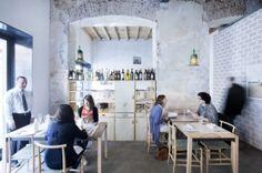 Le studio espagnol de design d'intérieur et de communication Masquespacio, signe la conception de la marque et du design intérieur pour un restaurant écologique à Oslo, en Norvège. Photograph…