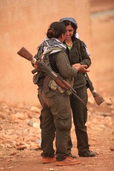 EXCLUSIVE: Kurdish female fighter tells IBTimes UK she hates war but now risks death on a daily basis to exterminate the Islamic State. Brave Women, Real Women, Tough Girl, Female Fighter, War Photography, Female Soldier, Military Women, Military Photos, Girls Uniforms