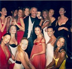 The legendary Gianni Versace with his muses after his Spring show. The Versace label has not been the same since Gianni's untimely, tragic murder 20 years ago today. I still miss him and his majestic creations! Gianni Versace, Donatella Versace, Versace Versace, 1990s Supermodels, Original Supermodels, Linda Evangelista, Fashion Week, Fashion Models, 90s Fashion