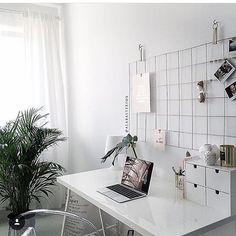 Escritório em um espaço pequeno e clean! ❤️❤️#whitedecor #arquitetura #blogdecoracao #blogarquitetura #arquiteturadeinteriores #calzu #roomdecor #officedecor #escritorio @theminimalinstinct