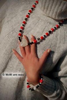 Collana e bracciale Love Me, perchè Io mi Differenzio! Perle di vetro, nei colori rosso con disegni floreali bianchi, nere e bianche, ideale per il Vostro Natale. Collana con pietra in Cuore di vetro, bracciale con pietra sfaccettata bianca e nera. Unico ed esclusivo WoW Arte Moda. #bijoux #gioielli #parure #artigianale #rosso #nero #bianco #moda #love #cuore #amore