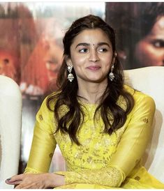 Alia, Varun, Madhuri,Sonakshi & Aditya Roy Paint The Town Yellow As They Promote Kalank In Delhi - HungryBoo Bollywood Girls, Bollywood Fashion, Bollywood Actress, Alia Bhatt Hairstyles, Ethnic Hairstyles, Alia Bhatt Saree, Alia Bhatt Photoshoot, Alia Bhatt Cute, Fashion And Beauty Tips