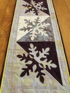 Would look pretty in blues and whites also. Table Runner And Placemats, Table Runner Pattern, Quilted Table Runners, Skinny Quilts, Christmas Sewing, Christmas Quilting, Christmas Crafts, Snowflake Pillow, Place Mats Quilted